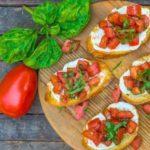 Брускетта с томатами, моцареллой и соусом песто