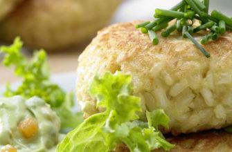 Вкусное пп блюдо - запеченные куриные котлеты с рисом и овощами - простой рецепт в домашних условиях