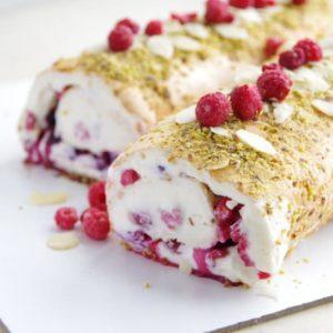 Меренговый рулет - Простой рецепт вкусного десерта с нежным кремчизом и ягодным конфи