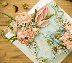 Живые цветы и торт